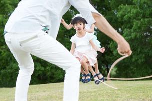 縄跳びをする家族の写真素材 [FYI00922821]