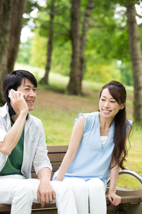 ベンチに座る夫婦の素材 [FYI00922822]