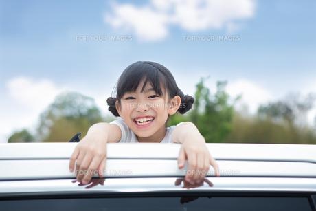 窓から身を乗り出す姉妹の写真素材 [FYI00922829]