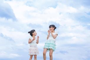 仲良し姉妹の写真素材 [FYI00922830]