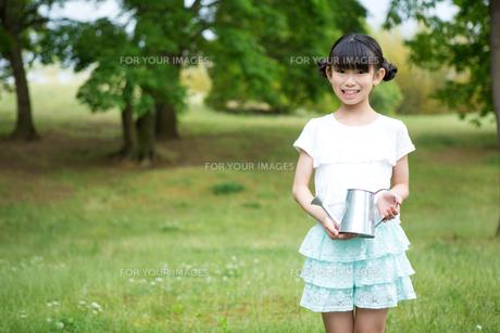 植物に水をやる小学生の写真素材 [FYI00922836]