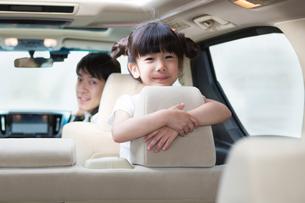 ドライブする家族の写真素材 [FYI00922837]