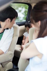 車の中で眠る姉妹の素材 [FYI00922838]