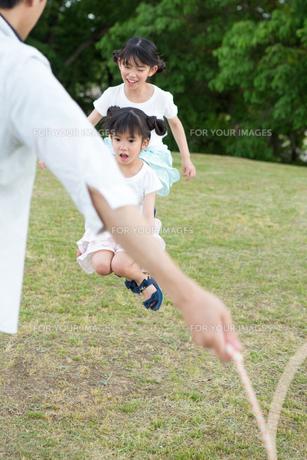 縄跳びをする家族の写真素材 [FYI00922840]