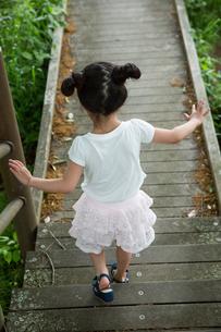 木の道を歩く少女の素材 [FYI00922841]