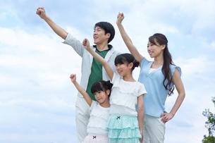 えいえいおーをする家族の素材 [FYI00922842]
