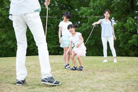 縄跳びをする家族の写真素材 [FYI00922843]