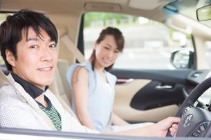 ドライブする夫婦の素材 [FYI00922847]