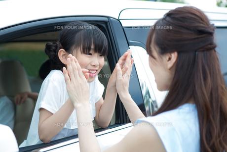 車の窓からバイバイする母娘の写真素材 [FYI00922849]