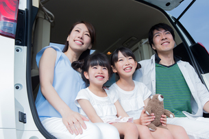 車のトランクに座る家族の素材 [FYI00922851]