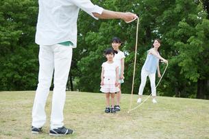縄跳びをする家族の写真素材 [FYI00922852]