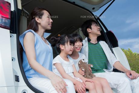 車のトランクに座る家族の素材 [FYI00922853]