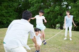縄跳びをする家族の写真素材 [FYI00922855]