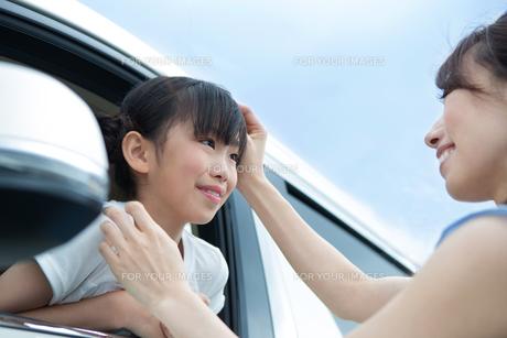車の窓からバイバイする母娘の素材 [FYI00922856]