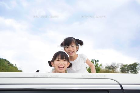 窓から身を乗り出す姉妹の写真素材 [FYI00922858]