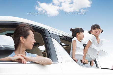 窓から身を乗り出す姉妹の写真素材 [FYI00922860]