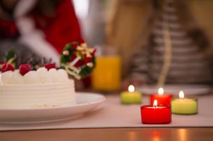 クリスマスケーキと親子の素材 [FYI00922861]