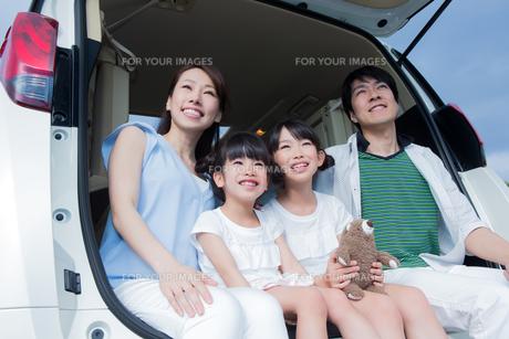 車のトランクに座る家族の素材 [FYI00922865]