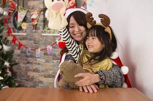 クリスマスを過ごすお母さんと娘の素材 [FYI00922866]
