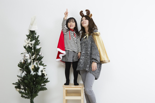クリスマスを過ごすお母さんと娘の写真素材 [FYI00922868]