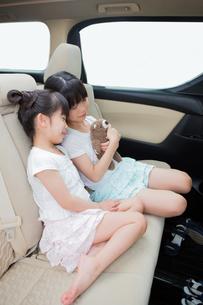 車の中で眠る姉妹の素材 [FYI00922870]