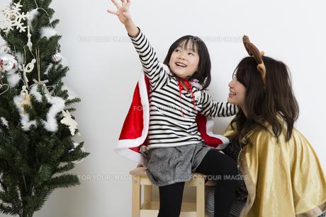 クリスマスを過ごすお母さんと娘の素材 [FYI00922873]