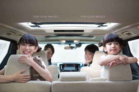ドライブする家族の写真素材 [FYI00922874]