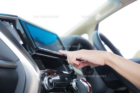 車のトランクに座る家族の写真素材 [FYI00922883]
