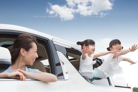 窓から身を乗り出す姉妹の写真素材 [FYI00922886]