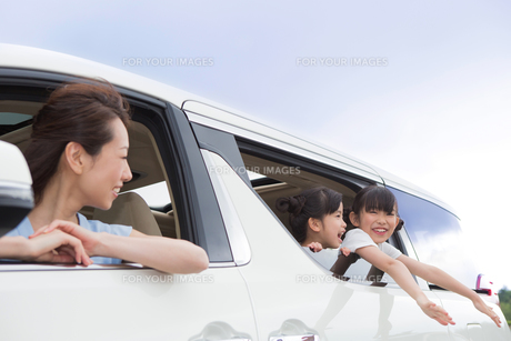 ドライブする夫婦の写真素材 [FYI00922887]