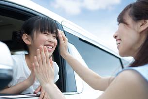 窓から身を乗り出す姉妹の写真素材 [FYI00922891]