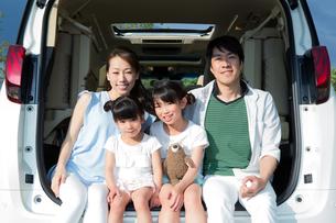 車のトランクに座る家族の素材 [FYI00922892]