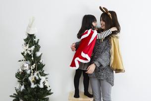 クリスマスを過ごすお母さんと娘の素材 [FYI00922896]
