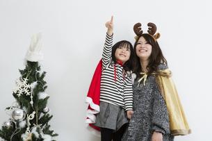 クリスマスを過ごすお母さんと娘の写真素材 [FYI00922898]