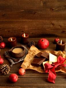 チョコレートミルクティーと赤い果実の写真素材 [FYI00922900]