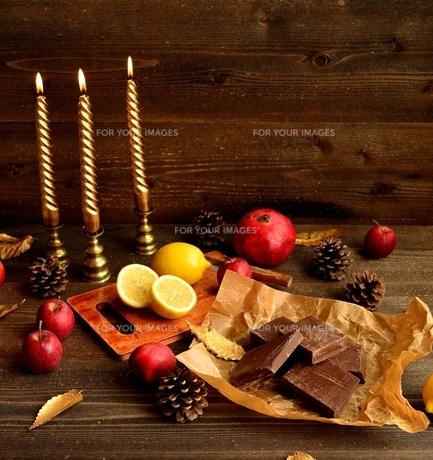 チョコレートとレモンと赤い果実の写真素材 [FYI00922905]