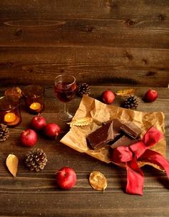 チョコレートとワインと林檎の写真素材 [FYI00922906]