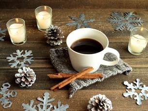 コーヒーとシナモンスティックとキャンドル 雪の結晶背景の写真素材 [FYI00922909]