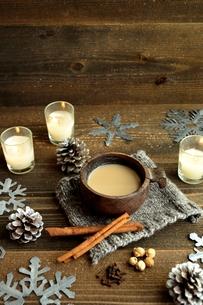 一杯のチャイとシナモンスティック 雪の結晶背景の写真素材 [FYI00922912]