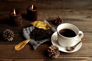 コーヒーとコーヒー豆とキャンドル 冬イメージの写真素材 [FYI00922925]