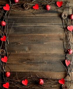 赤いハートの切り絵と林檎とまつぼっくりのフレーム  黒木材背景の写真素材 [FYI00922933]