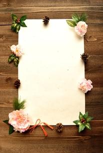 桃色の牡丹と千両と白い和紙の写真素材 [FYI00922940]