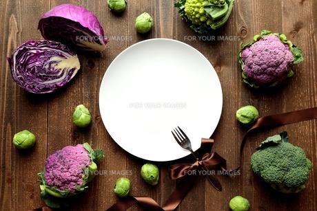 白皿と紫系とグリーンのキャベツとカリフラワーとブロッコリーの写真素材 [FYI00922942]
