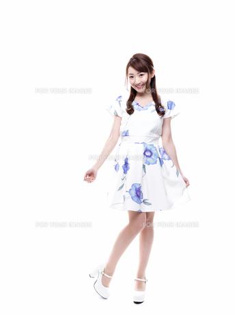 笑顔で立っている若い女性の写真素材 [FYI00923130]