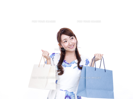 若い女性のショッピングイメージの写真素材 [FYI00923137]