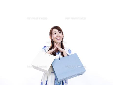 若い女性のショッピングイメージの写真素材 [FYI00923140]