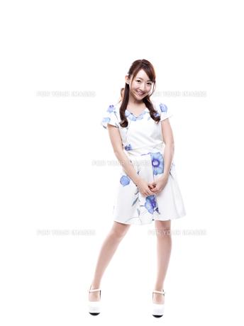 若い女性のキレイめサロンモデルイメージの写真素材 [FYI00923144]