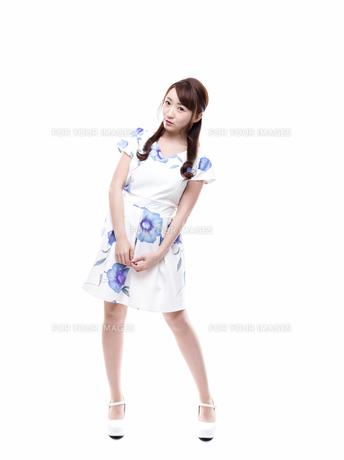 若い女性のキレイめサロンモデルイメージの写真素材 [FYI00923146]