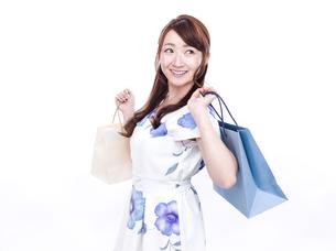 買い物袋を持った若い女性の写真素材 [FYI00923147]