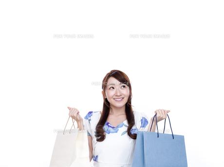 買い物袋を持った若い女性の写真素材 [FYI00923149]